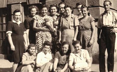 Az Elly bonbonüzem dolgozói, felső sorban balról a 4. Ella, mellette fia László