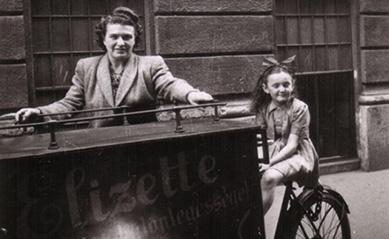 Ella és az akkor még kis Alíz, az akkor már Elizette bonbonüzem triciklijével