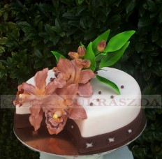 15 szeletes torta saját készitésű orchideával