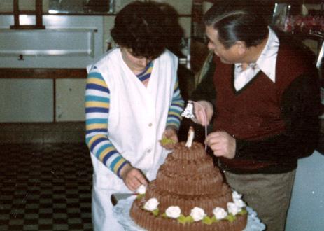 Én és Sándor díszítjük a tortát