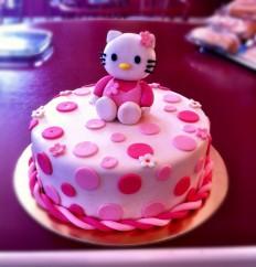 Rószaszín Hello Kitty torta. Rendelhető legkisebb méret 15 szeletes