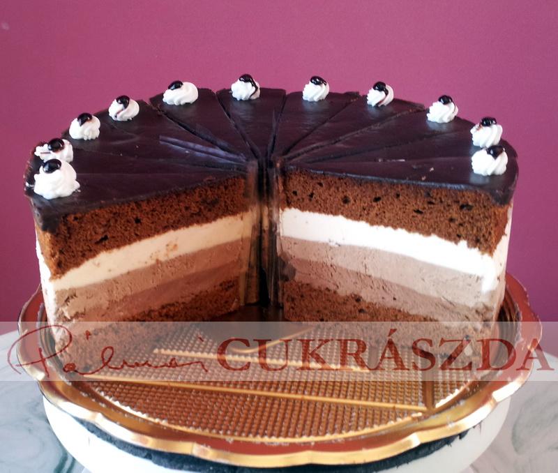 Csokoládés piskótalapok között 3 csokoládéréteg egymáson: étcsoki, tejcsoki és fehércsoki