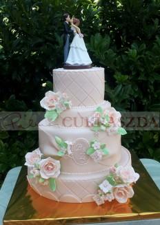 80 szeletes esküvői torta saját készitésű cukor rózsákkal