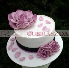 Születésnapi torta mályva színű virágokkal 15 szeletes